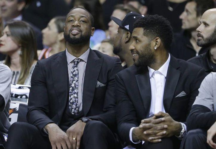 Dwyane Wade (i), quien se perderá por lesión el Juego de Estrellas de la NBA, aparece junto a Shawne Williams en partido de Heat de Miami vs Knicks de Nueva York. (Foto: AP)