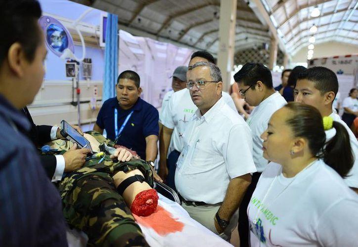 Demostración de los equipos de salvamento en el el VI Congreso Nacional de Oficiales de Sanidad. (Milenio Novedades)