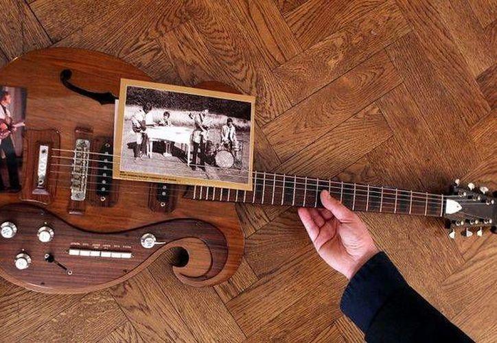 Una guitarra robada a John Lennon en una actuación pre navideña en Londres fue recuperada y será expuesta en el Museo del Grammy en Los Ángeles. En la foto, otra guitarra de Lennon, rematada en 400 mil dólares en 2013. (guioteca.com)