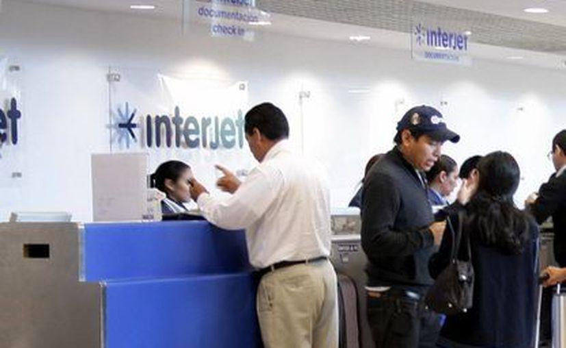 Pasajeros se registran para viajar por la línea aérea Interjet  en Mérida. Se pretende que la ciudad sea un centro importante de conexión. (Milenio Novedades)