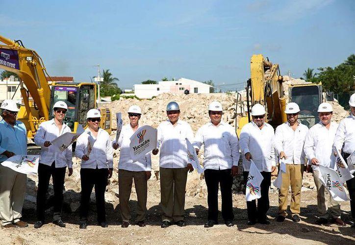 El Gobernador encabezó el banderazo de inicio de construcción del Península Montejo Lifestyle Center. (SIPSE)