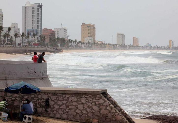El huracán 'Sandra'  ocasiona lluvias intensas en Baja California Sur y norte Sinaloa.Vista general de las fuertes olas en las playas del puerto de Mazatlán (México). (Archivo/EFE)