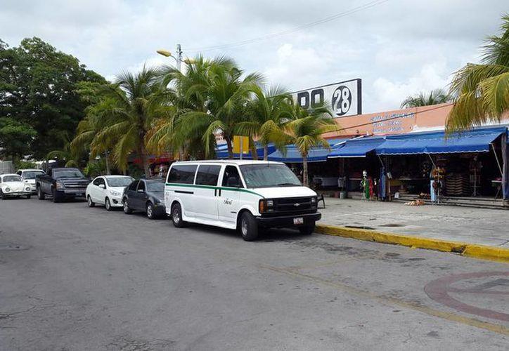 Los taxistas que hacen sitio en el Mercado 28 se manifestaron por la llegada de camiones de zona hotelera al lugar. (Francisco Naranjo/SIPSE)