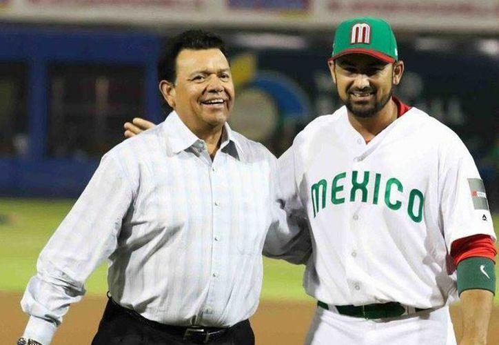 La novena mexicana arrancó con un triunfo y hoy va ante Nicaragua. En la foto, Fernando Valenzuela (I) junto a Adrián González, antes del inicio del partido. (Foto tomada de Facebook/Águilas de Mexicali)