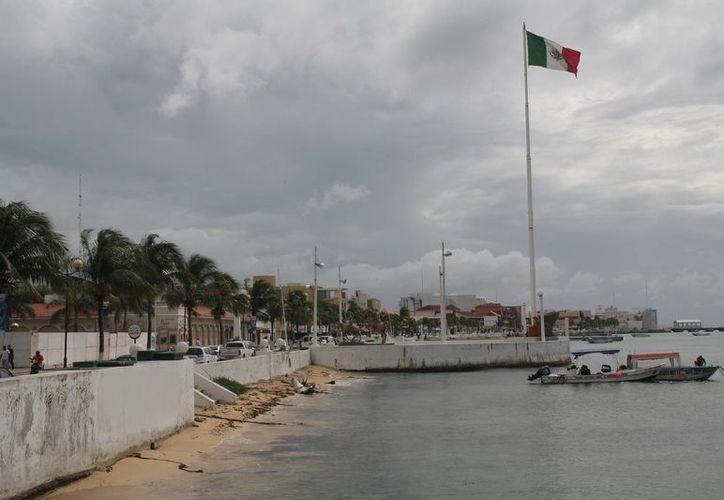 Aún no saben cuanto costará la reparación de la anterior bandera que se rasgo. (Julián Miranda/SIPSE)