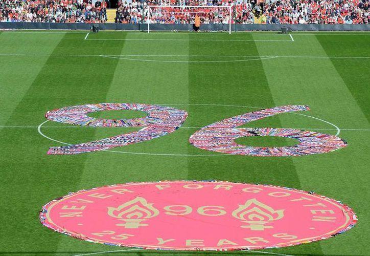 Formado con bufandas en el estadio de Anfield, casa del Liverpool, aparece el número 96 en memoria de los muertos en Hillsborough. (Foto: AP)