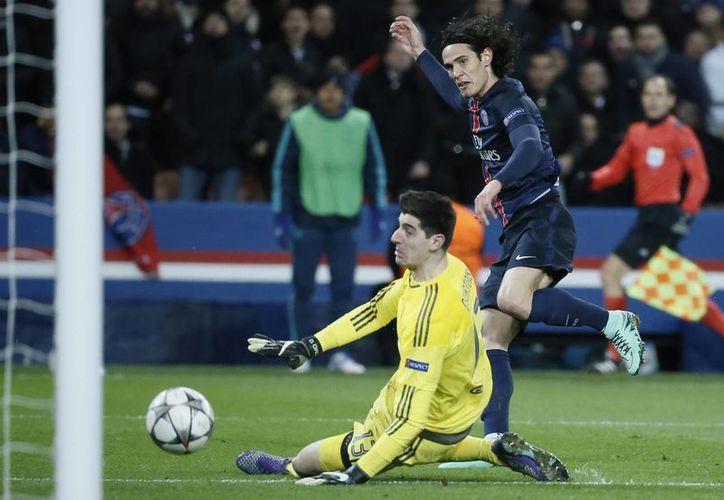 Con solo cuatro minutos dentro del terreno de juego, Edinson Cavani anotó al 78 el gol con el que el PSG tomó ventaja en los octavos de final de la Champions League. (EFE)