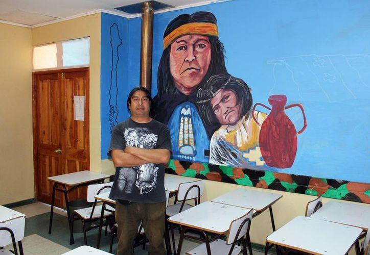 El mexicano Carlos Alberto Trigueros decidió vivir en Chile por amor y ahora enseña a los niños del Liceo Bicentenario de San Nicolás, una localidad que se encuentra a 400 kilómetros de la capital chilena. (Notimex)