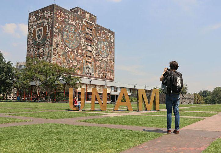 La UNAM tiene alrededor de mil 500 alumnos cursando estudios en el extranjero. (Proceso)