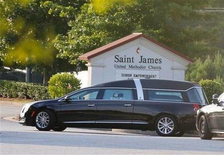 El cuerpo de Bobbi Kristina Brown llegó esta mañana a  la iglesia de St. James United en una carroza negra que fue escoltada por la seguridad de Georgia. (AP)