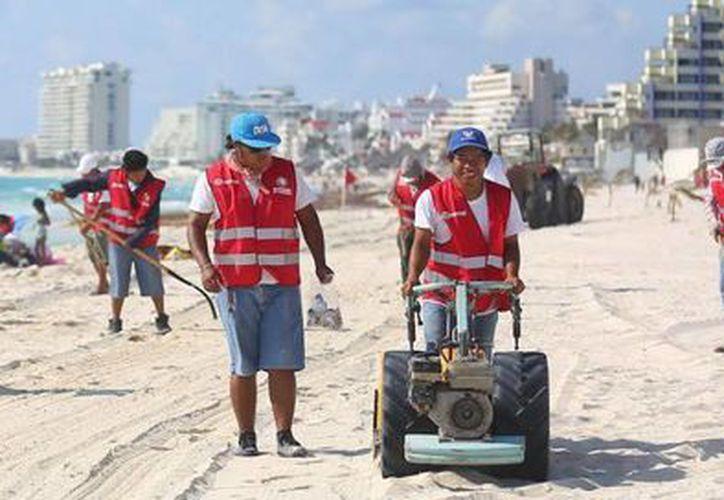 Personal de Servicios Públicos Municipales realiza diariamente la limpieza de las playas. (Redacción/SIPSE)