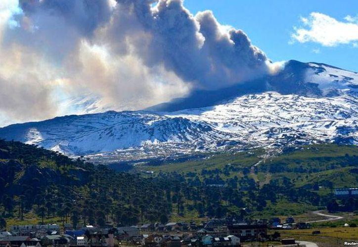 Imagen de archivo del volcán Copahue, durante una erupción en 2012. Actualmente, la zona en donde se ubica el coloso presenta alta sismicidad. (vaonoticias.com)