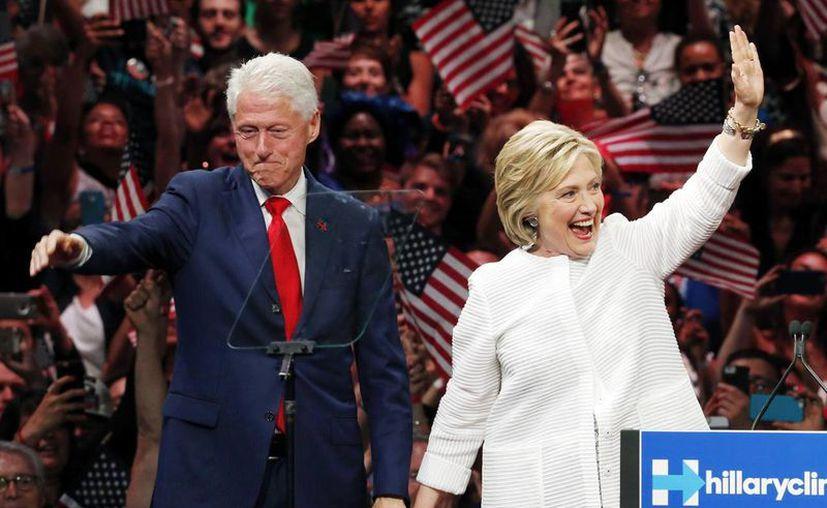 Los latinos creen mayoritariamente que Hillary sería la candidata ideal para hacer más accesible la educación universitaria y representar a Estados Unidos en el mundo. Foto de la candidata demócrata acompañada de su esposo Bill. (AP)