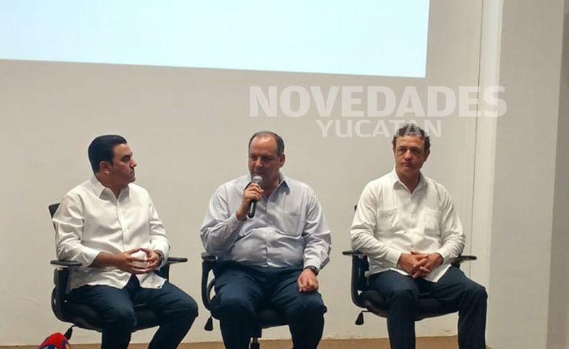 El presidente de la Coparmex, Gustavo de Hoyos Walther (centro), apuntó que el Gobierno Federal ha quitado apoyos a muchos programas turísticos. (Novedades Yucatán)