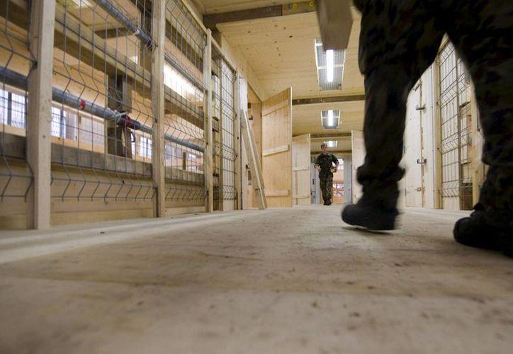 Los reos declararon que han visto desmayarse a funcionarios de prisiones por el calor sofocante que hay en las prisiones. (Archivo/EFE)