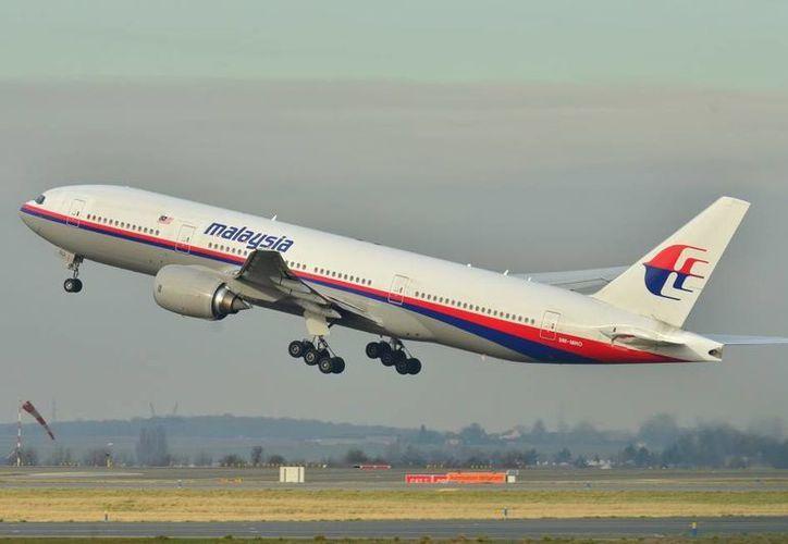 La teoría de que el vuelo MH370 desaparecido en marzo volaba con el piloto automático o la teoría del 'vuelo zombi' ha vuelto a convertirse en tema de debate. (scmp.com)