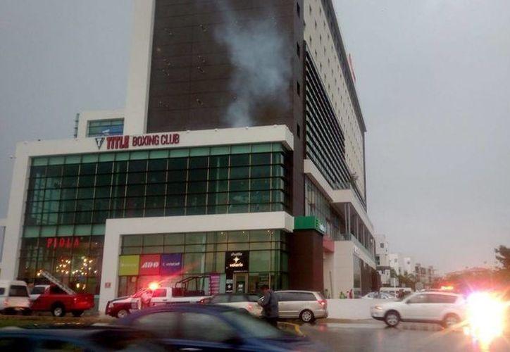 Una falla en un extractor de humo provocó una densa nube de humo en el hotel Ibis esta tarde. (Éric Galindo/SIPSE)