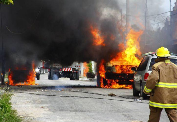 Los bomberos tardaron cerca de una hora en controlar y sofocar en su totalidad los incendios. (Juan Carlos Albornoz/SIPSE)