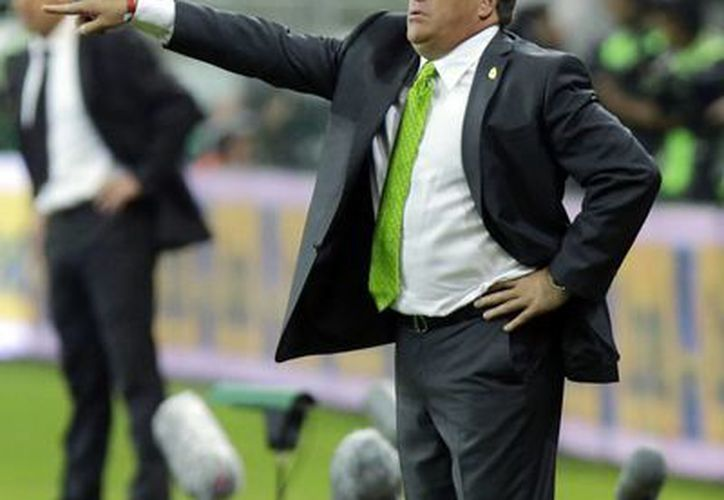 El entrenador Miguel Herrera sería sancionado por la FMF luego de mensajes en Twitter. En la imagen, durante el partido frente a Brasil en el duelo amistoso celebrado ayer. (AP)
