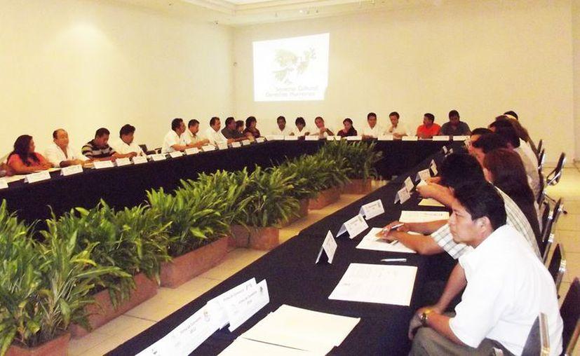 Los representantes de los municipios durante la firma del convenio. (Milenio Novedades)