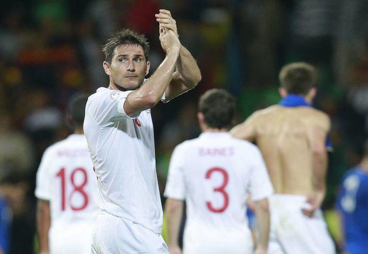 Frank Lampard dice adiós a la Selección inglesa luego de tres Mundiales. En la foto, tras un partido clasificatorio en el que golearon 5-0 a Moldavia. (Foto de archivo de AP)