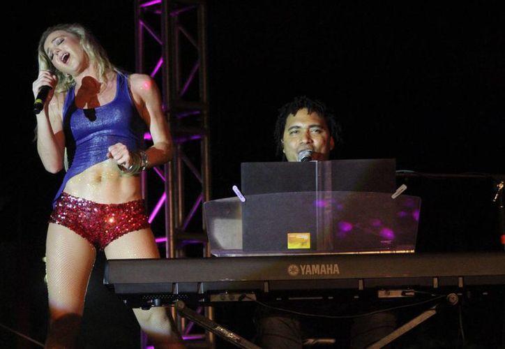 La cantante estuvo acompañada de la banda de músicos de Francisco Céspedes. (Daniel Pacheco/SIPSE)