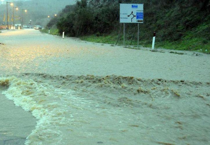 Foto de una calle inundada tras la tormenta en Nuoro, isla de Cerdeña. (EFE)