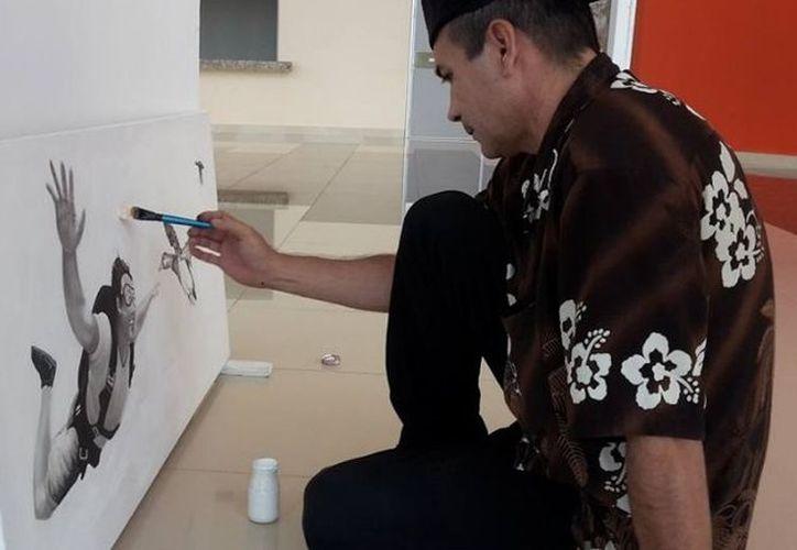 Ángel Ortiz prefiere pintar en diversas técnicas. (Octavio Martínez/SIPSE)