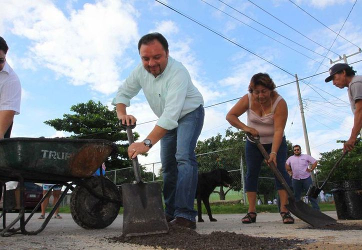 Acompañado de vecinos, 'Panchito' bachea calles en la colonia San Pablo Oriente. (Cortesía)