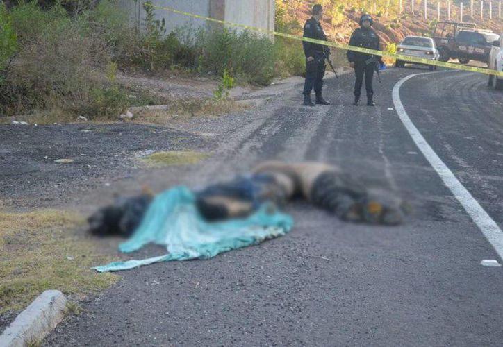 Aproximadamente a las 07:30 horas se reportó el hallazgo de tres cuerpos abandonados a la orilla de la carretera. (twitter.com/PMNOTICIAS1)