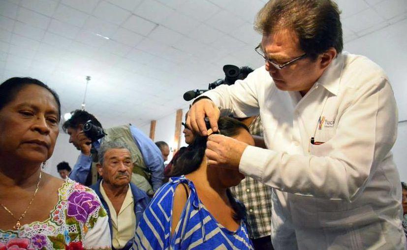 Niños y adultos con necesidades económicas fueron beneficiados con la entrega de auxiliares auditivos. (Milenio Novedades)