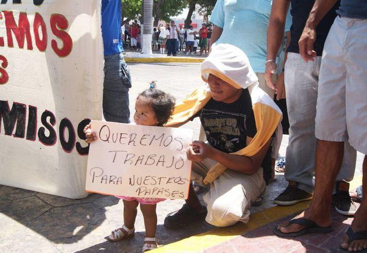 Los hombres de mar acudieron a la violenta protesta acompañados de sus familias. (Manuel Pool/SIPSE)