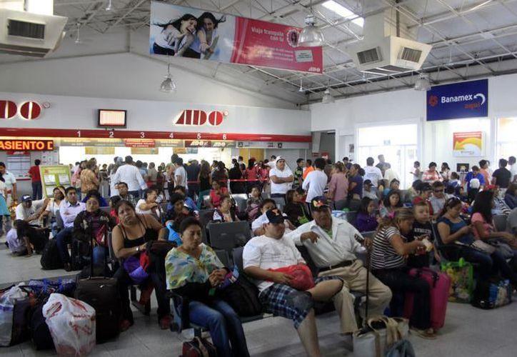 Turistas en busca de boleto deben esperan hasta tres horas en la terminal de camiones en Mérida, para encontrar espacio, al no realizar compra anticipada. (SIPSE)