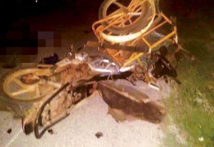 El cuerpo inerte de don Javier D. quedó tendido en el pavimento a un lado de su mototaxi, en Seyé. (SIPSE)