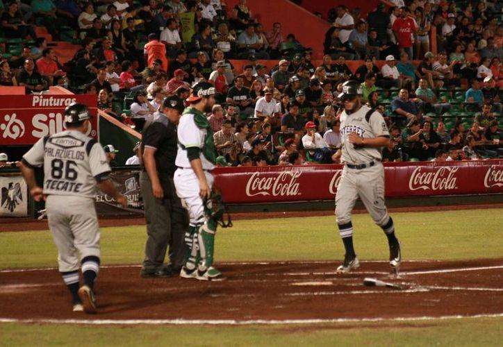 Sultantes de Monterrey le ganaron a Leones de Yucatán el primer juego de la serie, en el parque Kukulcán, con pizarra de 7-6. (Jorge Acosta/SIPSE)