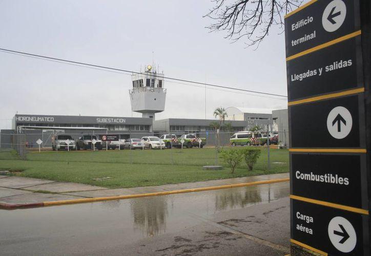 Las fuertes lluvias han complicado la situación de la terminal aeroportuaria. (Harold Alcocer/SIPSE)