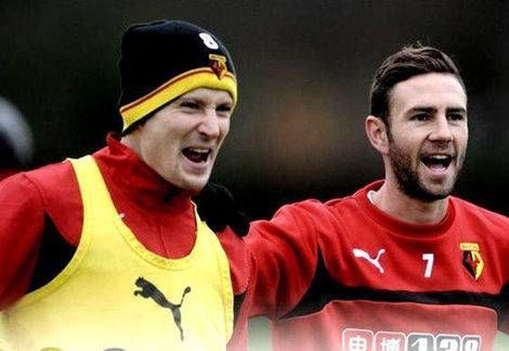 Miguel Layún (d) dijo que su sueño era volver a jugar en Europa. El problema es que lo hace en el Watford, de la Segunda División. (Watford FC)