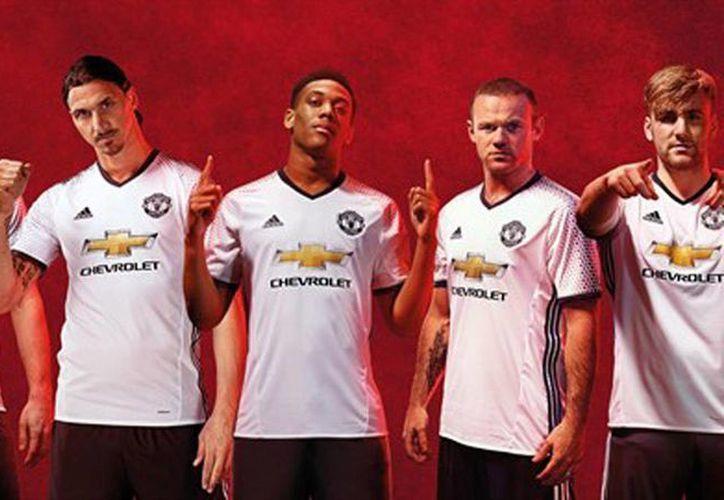 En su cuenta de Twitter, el Manchester United presentó el que será su tercer uniforme durante la próxima temporada. (espanol.manutd.com).