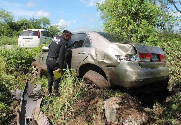 Un vehículo acabó dentro de la maleza cuando su conductor dormitó y perdió el control del volante. (Milenio Novedades)