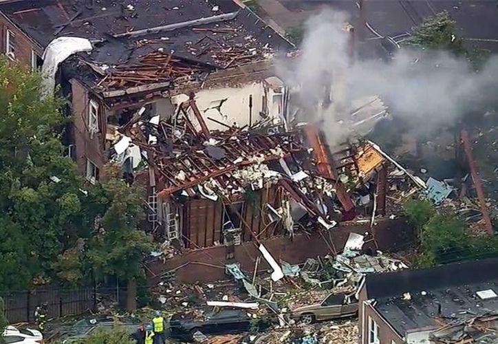 Imagen tomada de un vídeo proporcionado por WABC-TV, donde se ve el humo se eleva desde un edificio que explotó en el barrio del Bronx de Nueva York. Las autoridades aseguran que bomberos respondieron a un reporte de una fuga de gas justo antes de la explosión. (WABC-TV a través de AP)