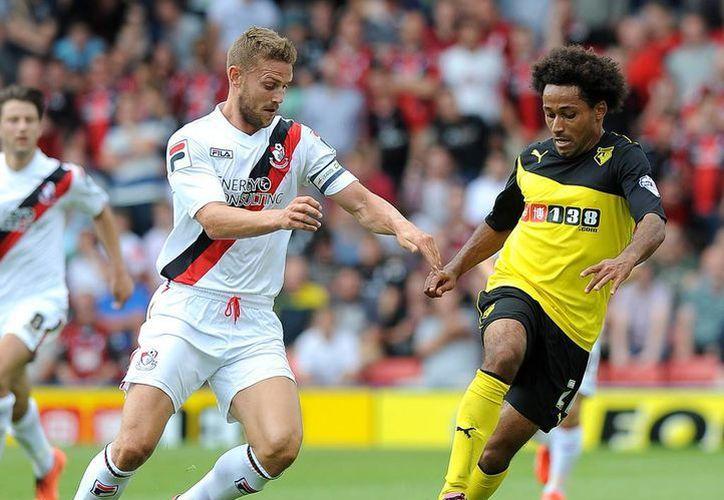 Una expulsión al segundo 25 del partido, echó a perder las aspiraciones del Watford (d) de Miguel Layún, que al final perdió 0-2. (zimbio.com/Foto de archivo)