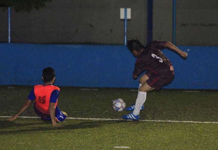 Deportivo Une cae ante Ántrax 2-1 y pierde se paso perfecto en el torneo de Fútbol Rápido de Veteranos. (Miguel Maldonado/SIPSE)