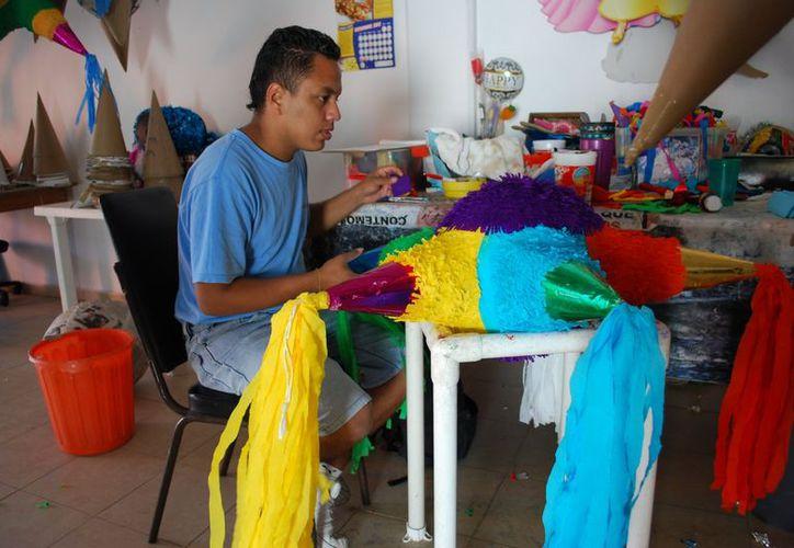 Realizan de tres a  cuatro piñatas en un día. (Tomás Álvarez/SIPSE)