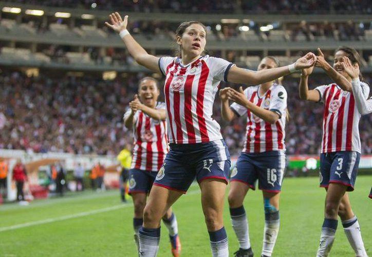 El equipo de Chivas Femenil pasó a la historia como el primer conjunto campeón del torneo oficial de fútbol de mujeres en el país. (Foto: Cadena Noticias)