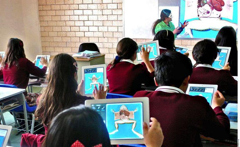 En la escuela Manuel Acosta los niños siguen la clase en sus iPads. (Agencia Reforma)