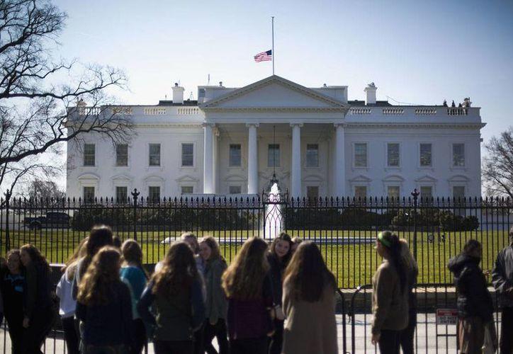 El presidente Barack Obama ordenó hoy colocar a media asta la bandera estadounidense que ondea sobre la Casa Blanca en homenaje a la ex primera dama Nancy Reagan. (AP)