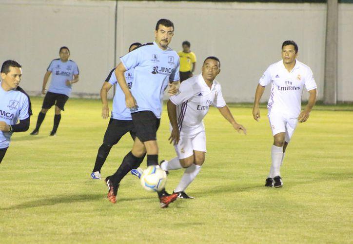 En la otra semifinal, Real Fovissste eliminó al súper líder de la liga, El Señor de las Alitas, con marcador de 3-1. (Miguel Maldonado/SIPSE)