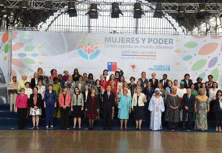 """Foto del evento """"Las mujeres en el poder y en la toma de decisiones: construyendo un mundo diferente"""", que se realiza en Santiago, Chile, encabezado por el secretario general de la ONU, Ban Ki-moon, y la mandataria chilena Michelle Bachelet. (Foto: Notimex"""