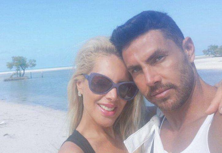 Lorena Herrera y Roberto Assad celebraron ocho años de casados en la isla de Holbox. (Twitter/@Lorenaherrera)