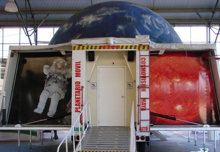 El planetario móvil se encuentra instalado en el polifuncional doble de la colonia Cecilio Chí. (Manuel Salazar/SIPSE)